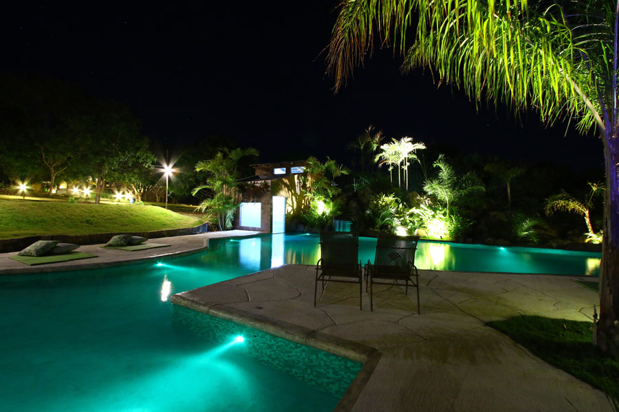 vista noturna das piscinas da pousada Baguá